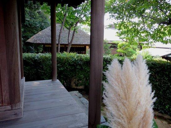 Yamatokoriyama, اليابان: 庭にあるお堂から