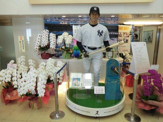 Matsui Hideki Baseball Museum: 国民栄誉賞を祝う蘭に囲まれる松井選手のフィギュア