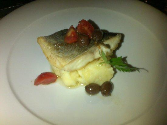 Il Grappolo : Meraviglioso trancio di branzino su letto di purè con olive taggiasche, pinoli, pomodorini e ali
