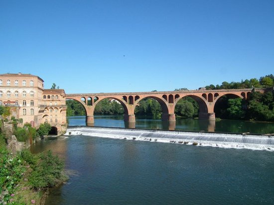 Mercure Albi Bastides : Hotel with Pont du 22 Aout 1944 in the background