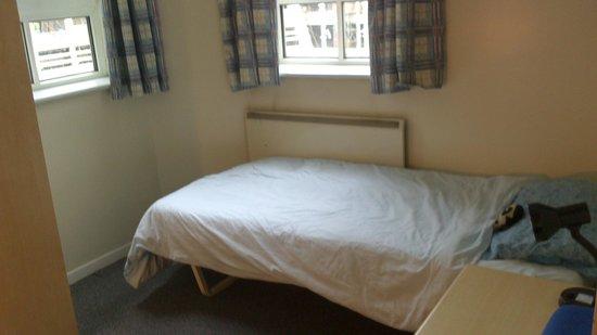 LSE Bankside House : Cama con dos ventanales