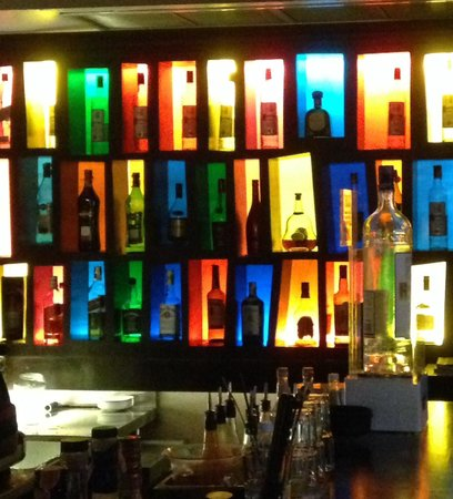 Red Snapper Restaurant & Bar: Very colourful bar.