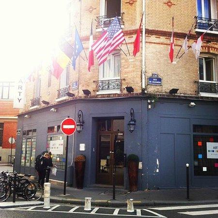 Arty Paris: Frente do Hostel