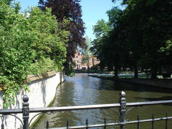 Historic Centre of Brugge: Vista das margens do Djiver.