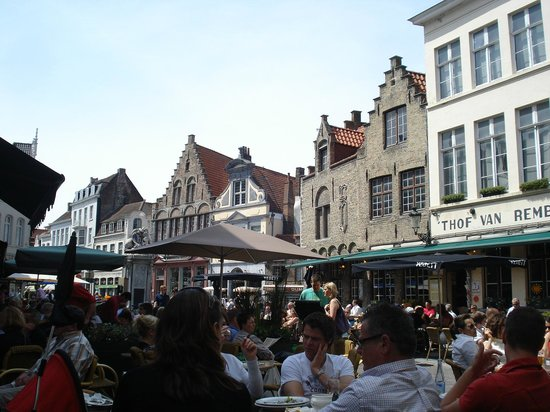 Bruges, Belgique : Vista da Praça do Mercado.