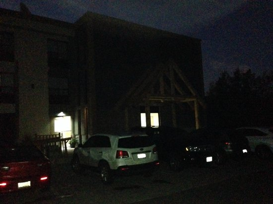 Red Maple Inn and Suites: Dark Main Entrance..where are the lights?