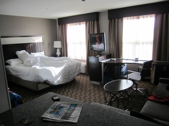 Residence Inn Boston Logan Airport/Chelsea : cama king e sala de tv