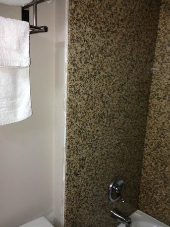Red Maple Inn and Suites: Side of unfinished and uncaulked fixtures for shower