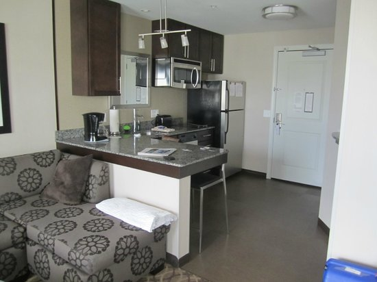 Residence Inn Boston Logan Airport/Chelsea : pequena cozinha (evita passar fome a noite)
