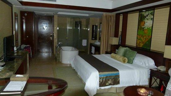 Yangshuo Resort : Chambre et salle de bains
