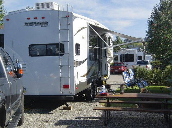 Bow Rivers Edge Campground: Typical pull thru site