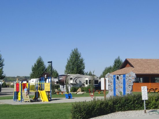 Bow Rivers Edge Campground: Playground area