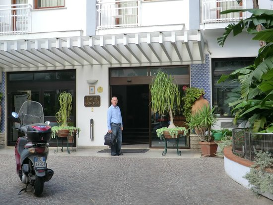 Hotel Caravel Sorrento: front entrance to hotel caravel