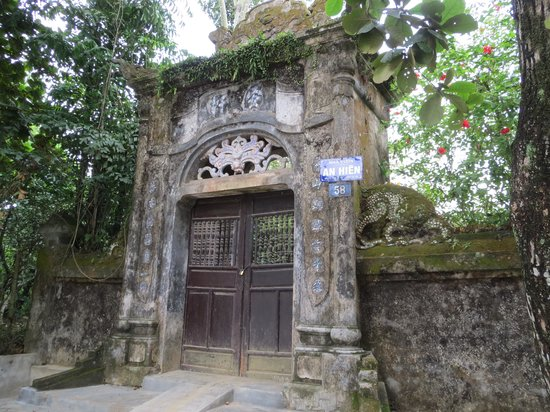 Hue's Garden Houses : gate at the street