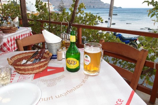 Apanemo: Getränke nebst Ausblick auf das Meer