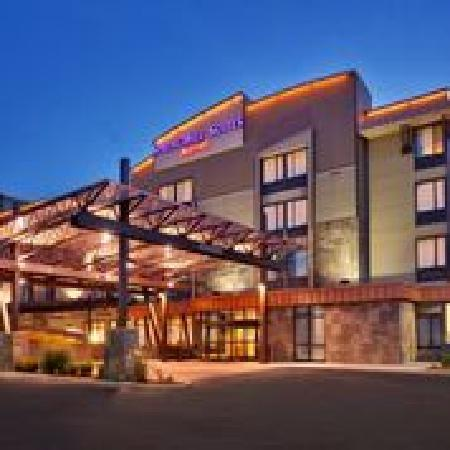 SpringHill Suites Coeur d'Alene: Hotel Exterior at Night