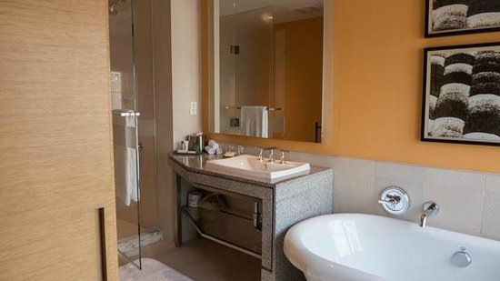 West 57th Street by Hilton Club: Bath with large tub and separate shower