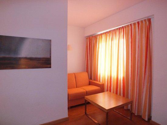 Hotel JS Alcudi-Mar: Sala ao lado do quarto