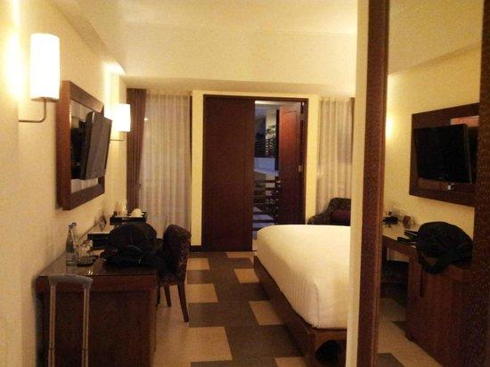 Sun Island Hotel & Spa Kuta: Room and balcony foor