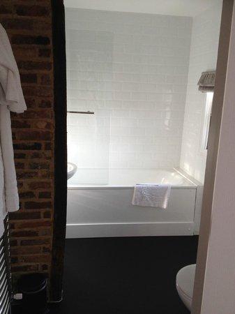 Limes Hotel: Comfy bath