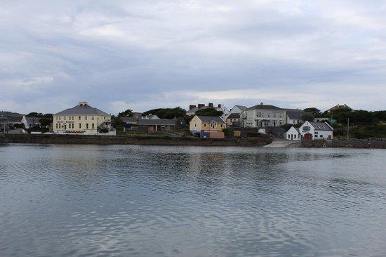 Kilronan Hostel : View of Kilronan Village from dock