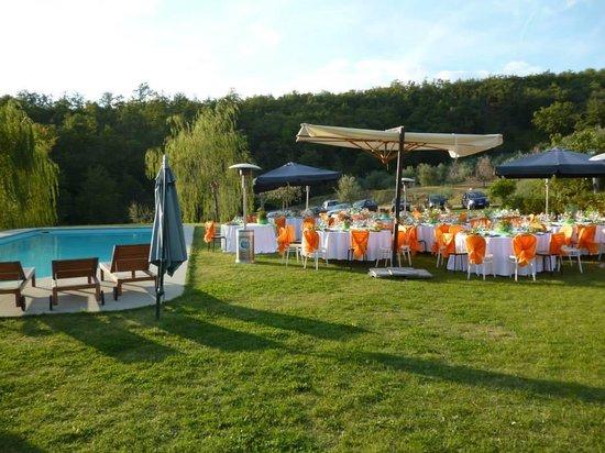 Allegro Agriturismo Argiano: il prato e la piscina in preparazione per il ricevimento