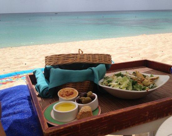 Fairmont Royal Pavilion: Lunch on the beach. Heaven!!