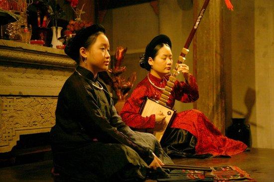 Ca Tru Thang Long: World Master Pham Thi Hue and her daughter