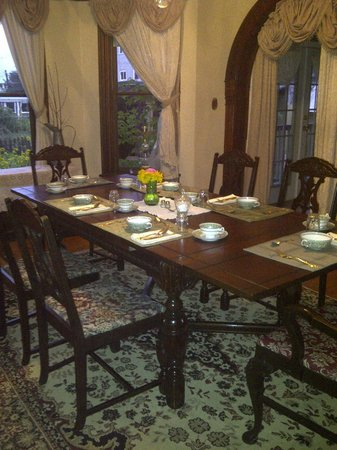 Mustang Bed and Breakfast: Beautiful antique dining room.