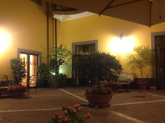 Le Cheminee Business Hotel: Hotel courtyard