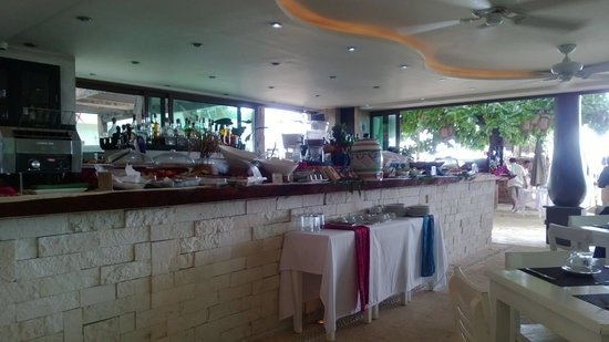Porto Playa Condo Hotel & Beachclub: breakfast buffet/lounge at El Taj
