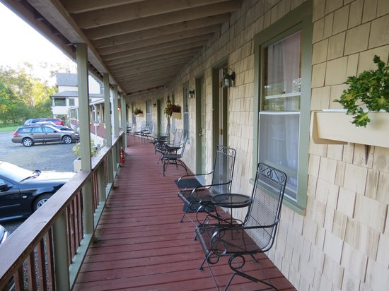Birchwood Lodge: porch with view of ocean