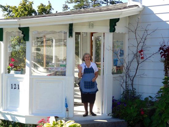 Baddeck Heritage House Bed and Breakfast: Liz at her entrance