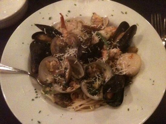 La Cucina Italian Grill : Seafood combination over linguine in white wine sauce