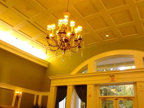 Hampton Inn & Suites Charlotte - South Park: High ceiling & chandelier in dining room