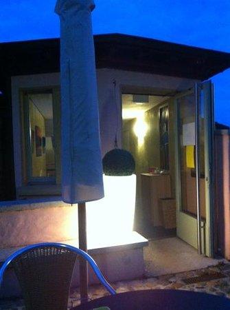Cafe de la Collegiale : l'entrée un soir d'octobre