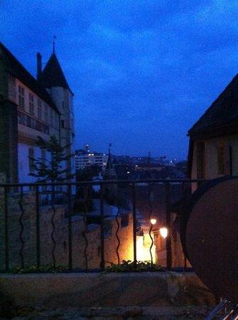 Cafe de la Collegiale : vue sur l'aile Est du Château et la ville