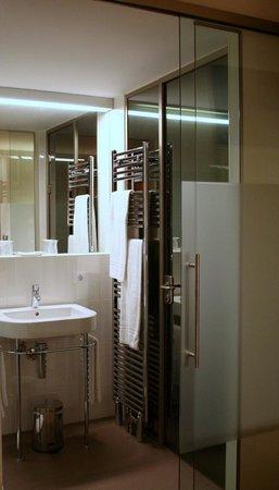 Zum Schwarzen Bären: Badezimmer durch Stahl und Glas vom zimmer abgetrennt