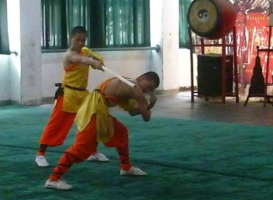 Shaolin Temple: Breaking bamboo over studentès back