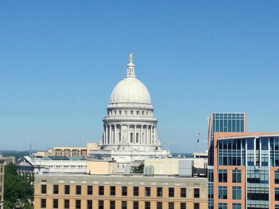 Hilton Madison Monona Terrace: Capital View from Room