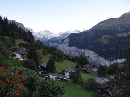 Hotel Alpenrose Wengen: View from balcony