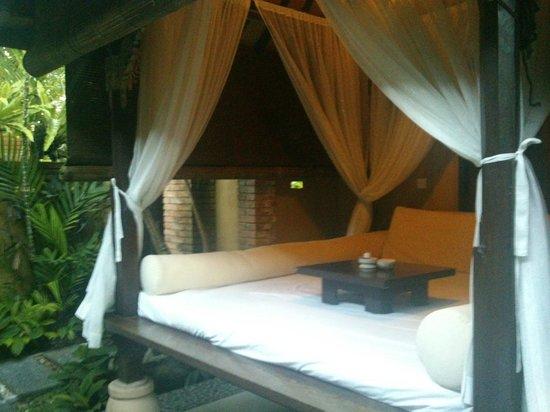 Bebek Tepi Sawah Villas & Spa: Außenbett in der Campuhan Villa