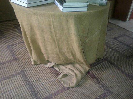 Il Convento di Santa Maria di Costantinopoli : Scruffy, ragged and odorous sack cloth table coverings - extremely unpleasant