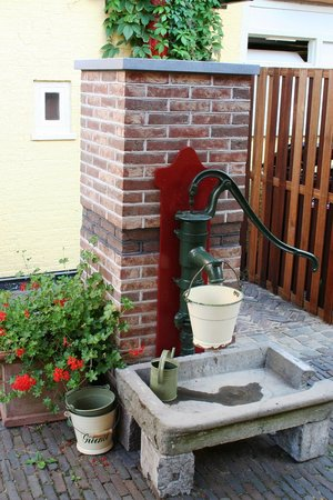 Hotel de Emauspoort: Waterpump
