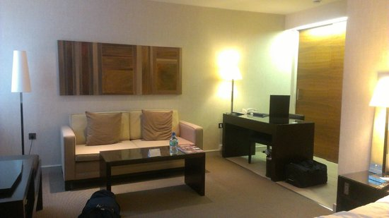 K West Hotel & Spa : Sofa and desk area