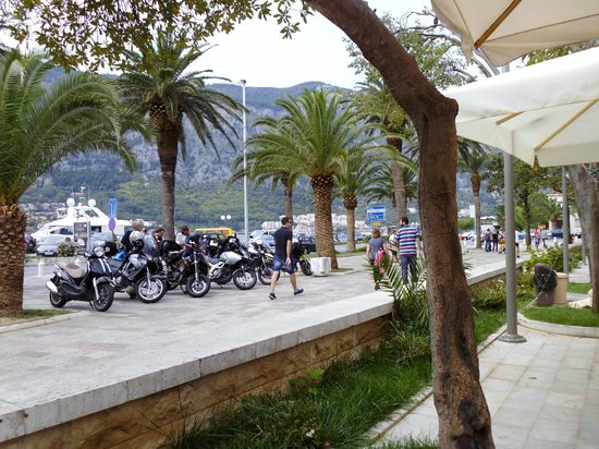 Caffe del Mare: bikers in town