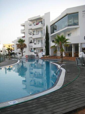 Ferrera Beach Apartments: Vi boede i stueetage tæt på pool.