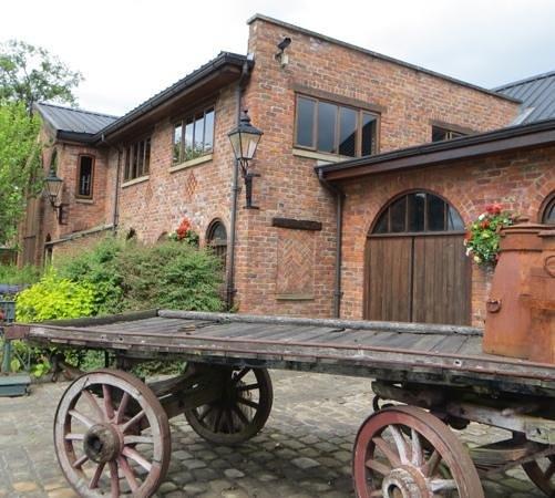 Bredbury Hall Hotel: old cart