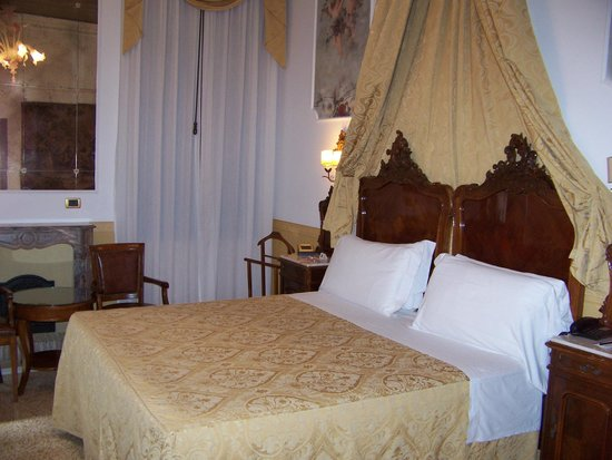 Hotel Ala - Historical Places of Italy: Spacious room