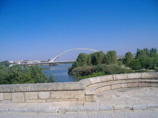 Puente de Lusitania desde el puente romano